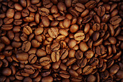 Food And Drink Art - Coffee beans by Les Cunliffe