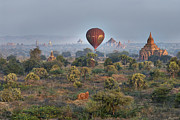Architektur Photo Originals - Ballons ride over temples of Bagan by Juergen Ritterbach