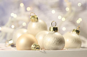 Sandra Cunningham - Christmas balls on abstract background