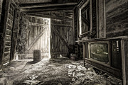 Spooky Prints - Inside Leos Apple Barn - The old television in the apple barn Print by Gary Heller