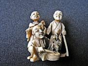 Tools Sculptures - Japanese ivory netsuke representing a group of 3 men  by Japanese netsukeshi