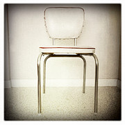 Object Prints - Old chair Print by Les Cunliffe