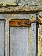 Patricia Hofmeester - Old door with rusty hinges
