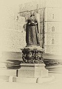 Queen Victoria Metal Prints - Queen Victoria Statue Windsor Metal Print by Chris Thaxter