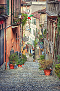 Lyn Darlington - Street in Bellagio Italy.