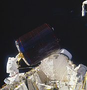 Joseph Photos - Discovery Spacewalk by Science Source