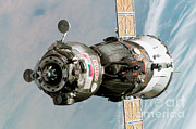 Spaceflight Art - Iss Expedition 11 Crew Arriving by NASA / Science Source