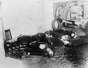 Criminals Photo Framed Prints - Saint Valentines Day Massacre. Seven Framed Print by Everett