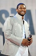 Bryant Framed Prints - Usher On Stage For Abc Gma Concert Framed Print by Everett