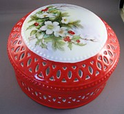 Round Ceramics - 1655 Christmas Box in red by Wilma Manhardt