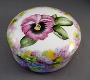 Round Ceramics - 173 Pansy box  by Wilma Manhardt