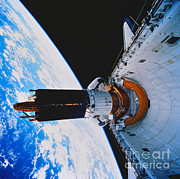 Data Photos - Space Shuttle Discovery by Science Source