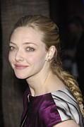 2010s Hairstyles Posters - Amanda Seyfried At Arrivals For Los Poster by Everett