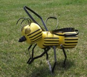 Insect Sculptures - Bee different by Antonin Gauthier