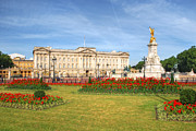 Yhun Suarez Prints - Buckingham Palace And Garden Print by Yhun Suarez