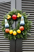 Williamsburg Prints - Christmas wreath Print by Sally Weigand