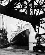 Rms Queen Mary Framed Prints - Docked At Southampton Framed Print by Fox Photos