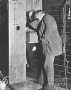 Thomas Alva Edison Posters - Edison Fluoroscope, 1896 Poster by Science Source