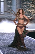 Gisele Bundchen Framed Prints - Gisele Bundchen At Fashion Show For The Framed Print by Everett