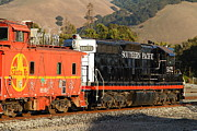 Southern Pacific Photos - Historic Niles Trains in California . Old Southern Pacific Locomotive and Sante Fe Caboose . 7D10850 by Wingsdomain Art and Photography