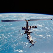 Modular Photo Prints - International Space Station In 2002 Print by Everett