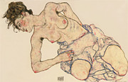 Odalisque Drawings Prints - Kneider weiblicher halbakt Print by Egon Schiele