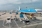Klm Framed Prints - Loading a KLM plane Framed Print by Hans Engbers