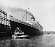 Ocean Liner Framed Prints - RMS Queen Elizabeth Framed Print by Dick Hanley and Photo Researchers