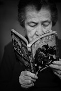 Old Woman Portrait Prints - Sober reading Print by Laura Melis