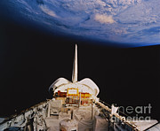 Space-craft Metal Prints - Space Shuttle Discovery Metal Print by Science Source