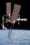 Space Shuttle Endeavor Docked Print by Everett