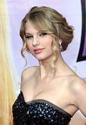 Taylor Swift Posters - Taylor Swift At Arrivals For Hannah Poster by Everett
