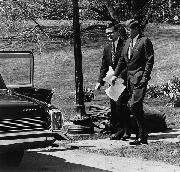 President Kennedy With Theodore Print by Everett
