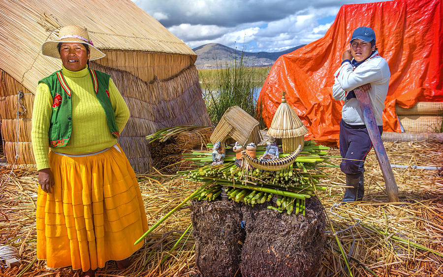 indian-woman-and-men-peddling-her-wares-