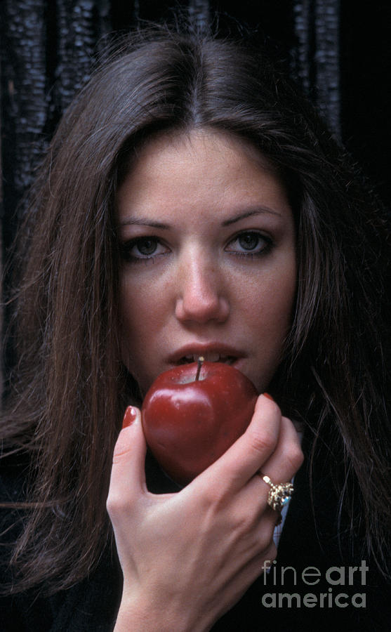 People Photograph - The Apple by Marc Bittan