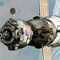 Iss Expedition 11 Crew Arriving by NASA / Science Source