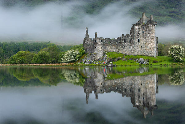 David Ross - Kilchurn Castle at Dawn Print