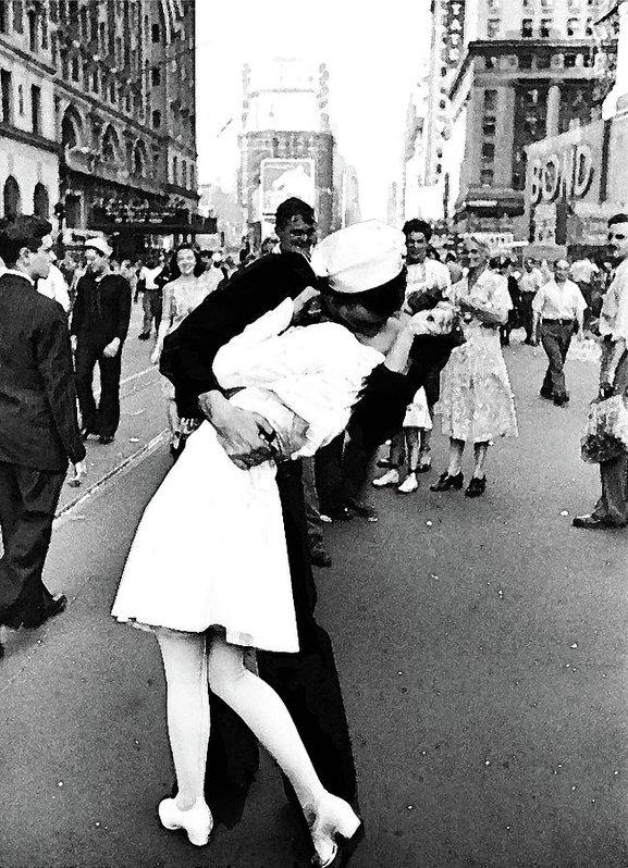 Thomas Pollart - The Kiss V J Day in Times... Print