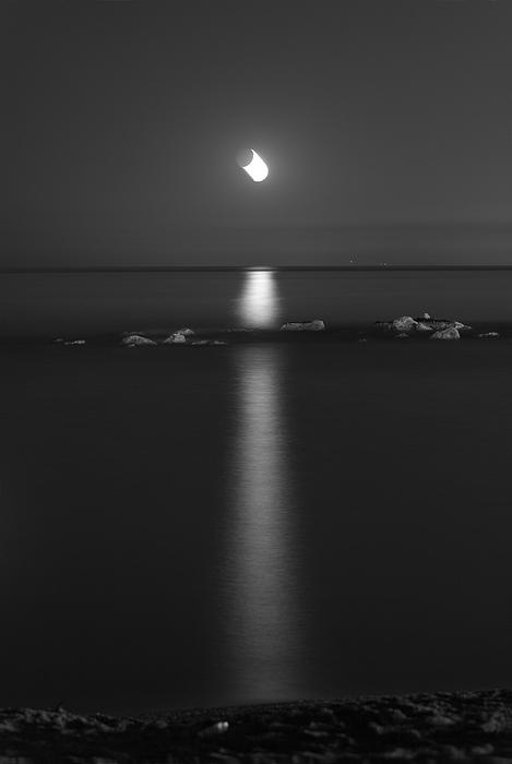 Guido Montanes Castillo - Moonlight over the sea
