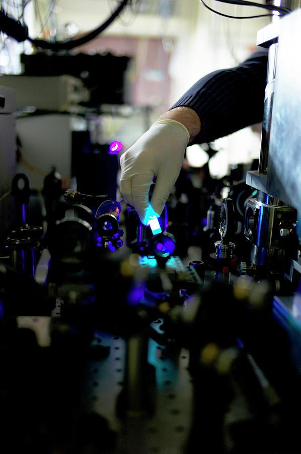bose einstein condensate Il condensato di bose-einstein (in sigla bec, dall'inglese bose–einstein condensate) è uno stato della materia che si ottiene quando si porta un insieme di bosoni.