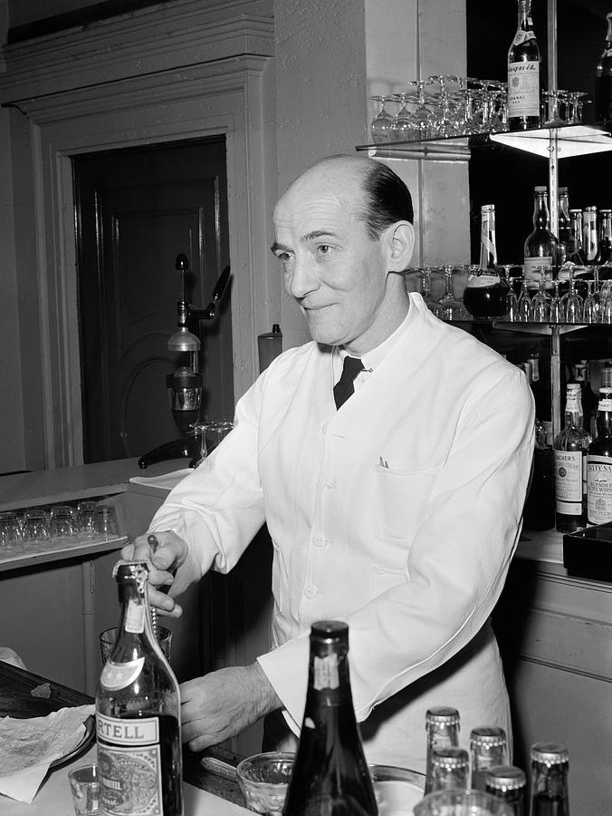 1947 Photograph - Nyc Charlies Tavern, C1947 by Granger
