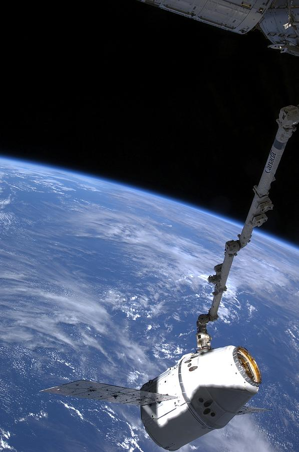 Dragon Capsule Photograph - Spacex Dragon Capsule At The Iss by Science Photo Library