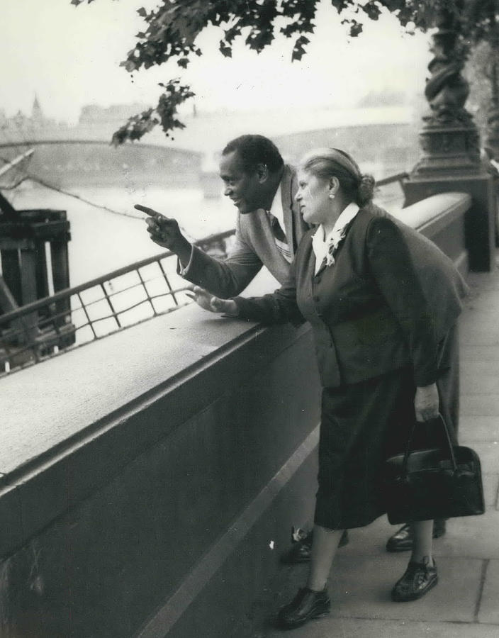 Retro Photograph - Paul Robeson Goes Sightseeing In London by Retro Images Archive