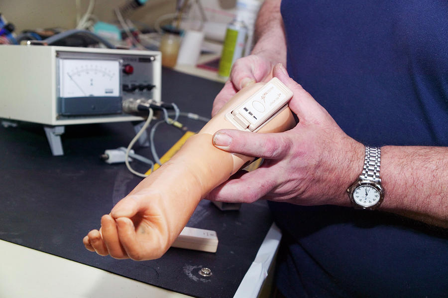 Human Photograph - Prosthetic Limb Manufacture by Gustoimages/science Photo Library