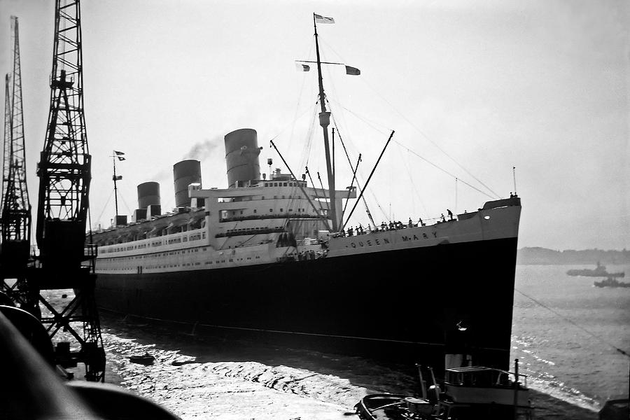 Queen Mary Photograph - Queen Mary Docking At Southampton In England by David Murphy