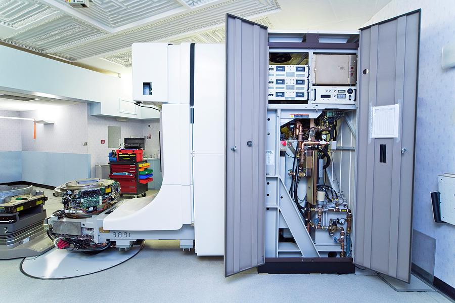 Varian Photograph - Linear Accelerator by Antonia Reeve/science Photo Library
