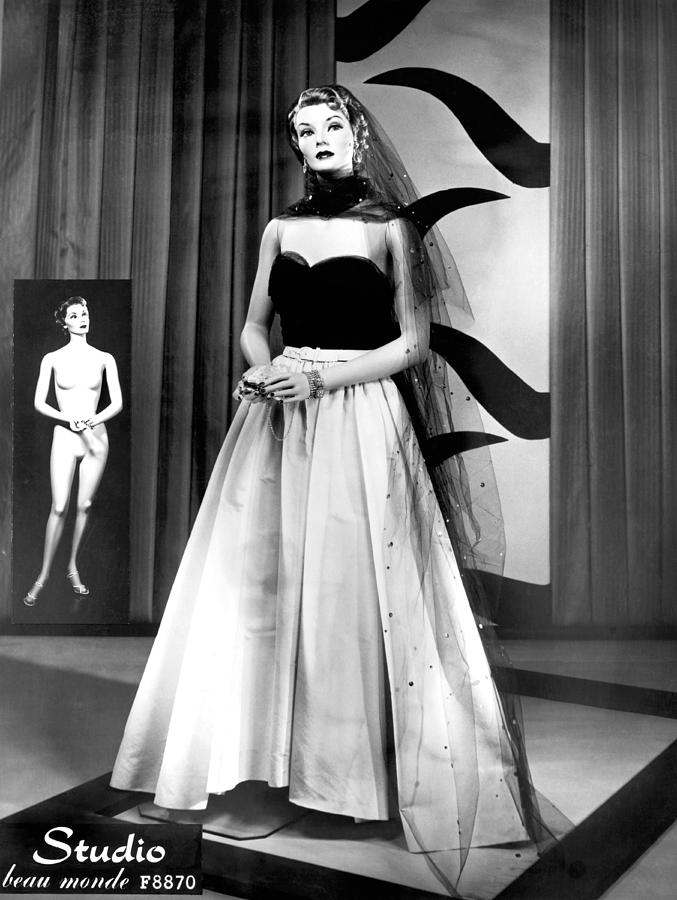 1950s Photograph - A Fashionable Mannequin by Underwood Archives