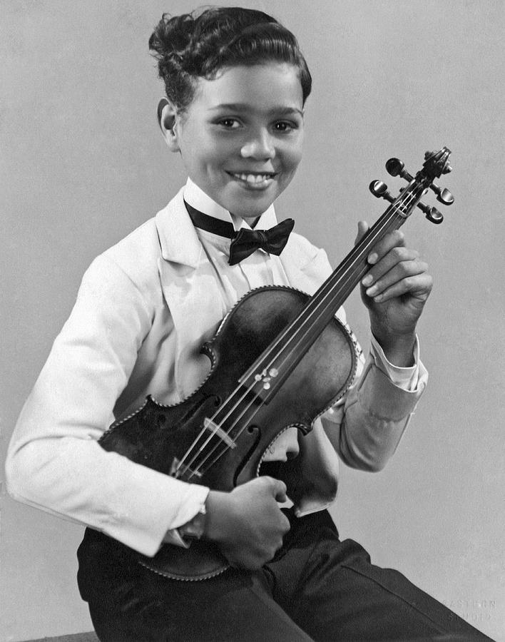 1929 Photograph - A Proud And Elegant Violinist by Underwood Archives