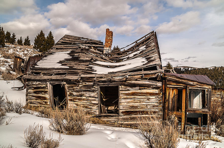 Montana Photograph - Abandoned Home Or Business by Sue Smith