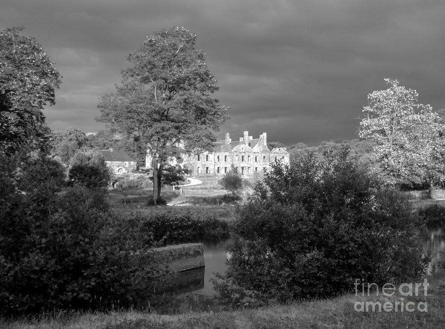 Noir Et Blanc Photograph - Abbaye De Bon Repos by Carol Weitz